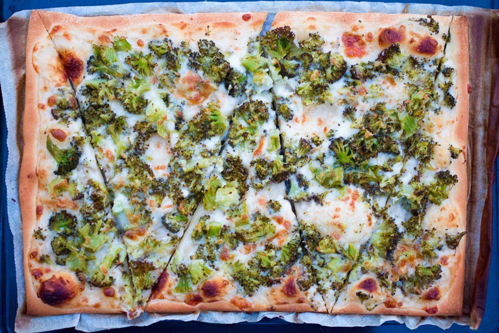 Pizza blanca de brócoli receta Somnatur