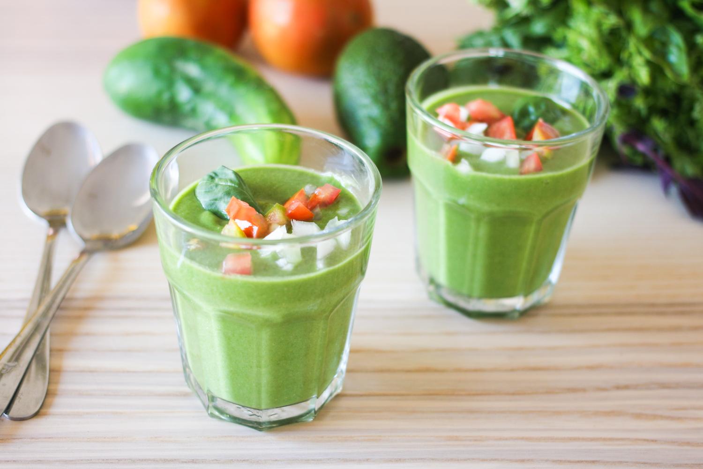Gazpacho verde con espinacas y aguacate